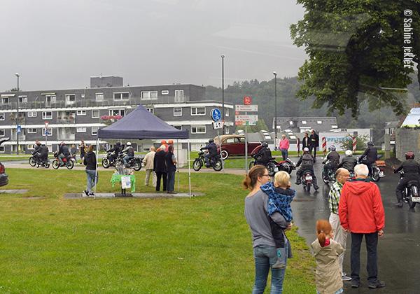 ig-bismarck-ebike-tour-310716-zwischenstopp-hueckeswages-abfahrt-motorraeder